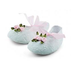 Białe bawełniane buciki niemowlęce do chrztu z różyczkami.