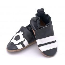 Kapcie skórzane niemowlęce z piłką nożną.