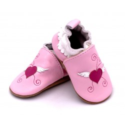 Różowe kapcie skórzane dla niemowląt.