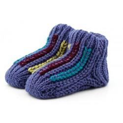 Ciepłe fioletowe skarpetki dla niemowlaka jak babcine na drutach.