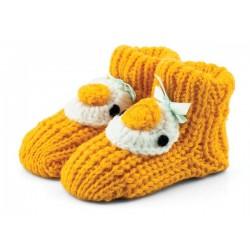 Żółte skarpetki niemowlęce jak robione na drutach. Fajny prezent dla noworodka.