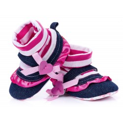 Lekkie buciki niemowlęce z kokardą i serduszkiem.