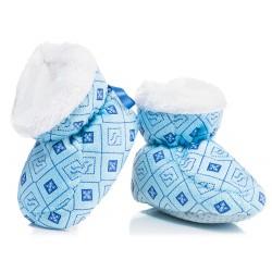 Puchate i ciepłe buty niemowlęce dla chłopca na chłodne dni.