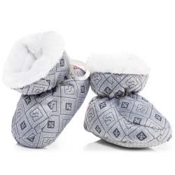 Szare puchate buty niemowlęce na chłodne dni.