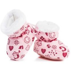 Puchate buciki niemowlęce dla dziewczynki na chłodne dni.