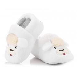 Białe buciki niemowlęce w postaci owieczki.