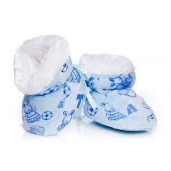 Ciepłe, puchate buciki niemowlęce dla chłopca.