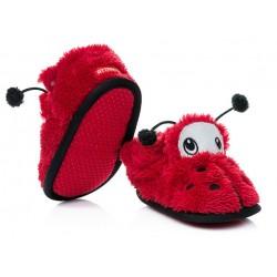 Kapcie dla dziecka zapinane na rzep w formie czerwonej biedronki.