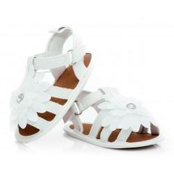 Białe sandałki niechodki dla dziewczynki.